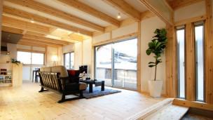 自然素材と外断熱の家にモダン感覚を取り入れた家