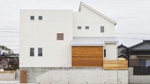 大きなウッドデッキのある シンプルスタイルの家