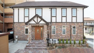 英国風ハーフティンバーの2世帯住宅
