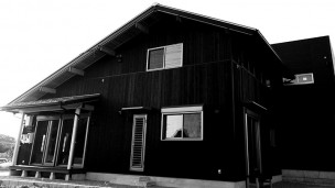 2階部分と平屋の部分にかけて大きな屋根を架けた『板倉の家』